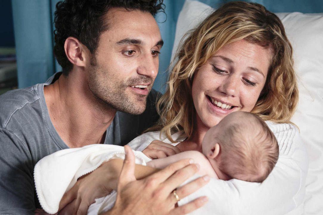 Hier ist das Glück zu Hause: Doch schon einige Jahre nach Tims Geburt müssen Eva (Felicitas Woll, r.) und Luis (Renato Schuch, l.) erkennen, dass si... - Bildquelle: Joao Tuna SAT.1