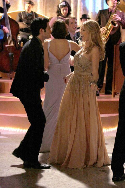 Serena (Blake Lively, r.) und Dan (Penn Badgley, l.) genießen den Abschlussball gemeinsam als gute Freunde ... - Bildquelle: Warner Brothers