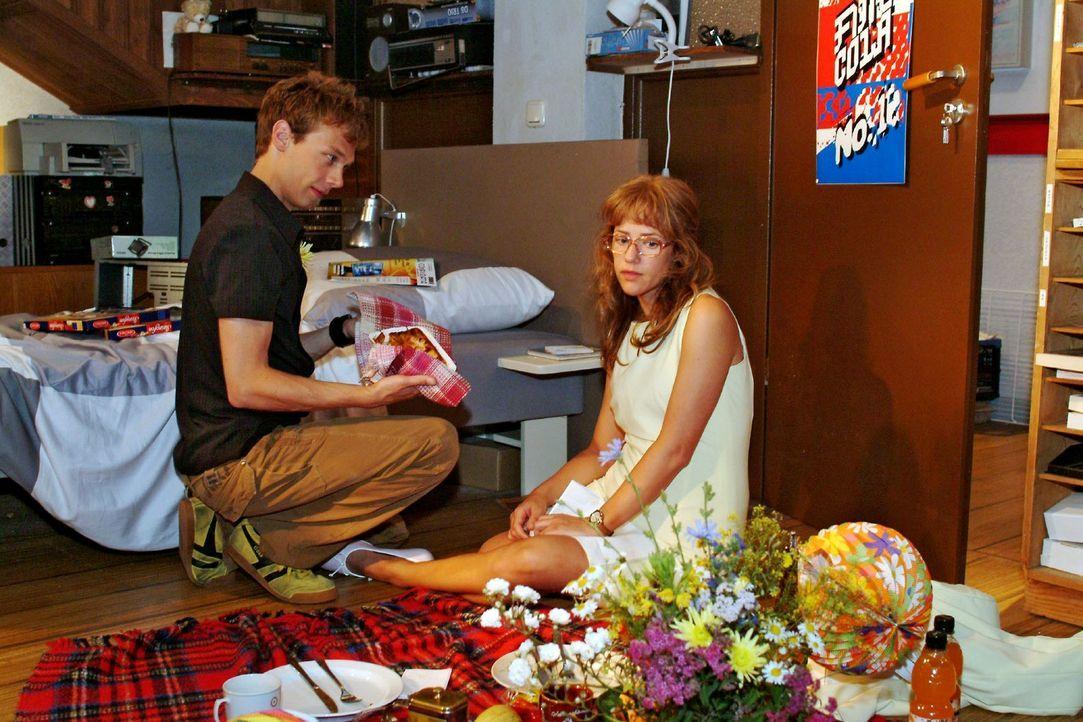 Lisa (Alexandra Neldel, r.) bereut insgeheim, sich für die Verabredung mit Jürgen (Oliver Bokern, l.) entschieden zu haben. In Gedanken ist sie ga... - Bildquelle: Monika Schürle Sat.1