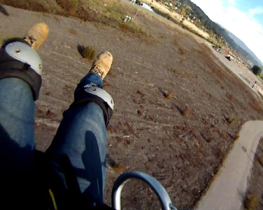 Sturz aus den Wolken: Paraglider Hoyt Patton verliert beim Sinkflug die Kraft und stürzt mit seinem Gleitschirm auf den gepflasterten Weg. - Bildquelle: 2012, The Travel Channel, L.L.C. All Rights Reserved.