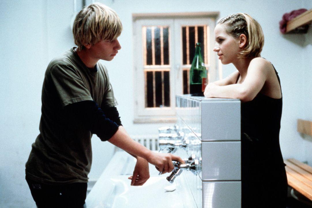Als für Benjamin (Robert Stadlober, l.) eine Welt zusammen bricht, gibt ihm Marie (Julia Hummer, r.) den nötigen Auftrieb. Und noch viel mehr ... - Bildquelle: Constantin Film