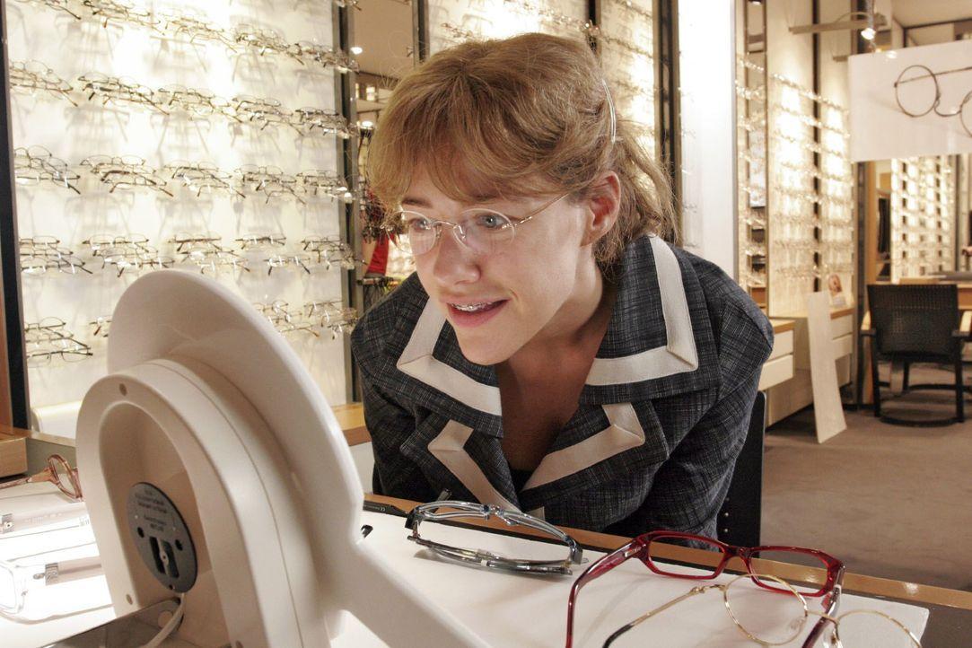 Lisa (Alexandra Neldel) hat sich beim Optiker eine neue Brille ausgesucht und lächelt sich im Spiegel an. (Dieses Foto von Alexandra Neldel darf nur... - Bildquelle: Noreen Flynn SAT.1 / Noreen Flynn