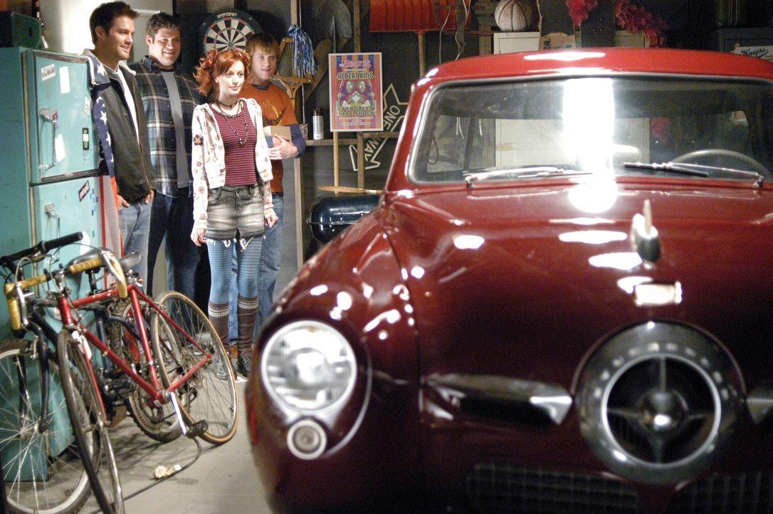 Das Pizza Girl (Lindy Booth, 2.v.r.) erfährt von Eddie (Geoff Stults, l.), Owen (Brad William Henke, 2.v.l.) und Physical Phil (Jay Paulson, r.), da... - Bildquelle: ABC Studios