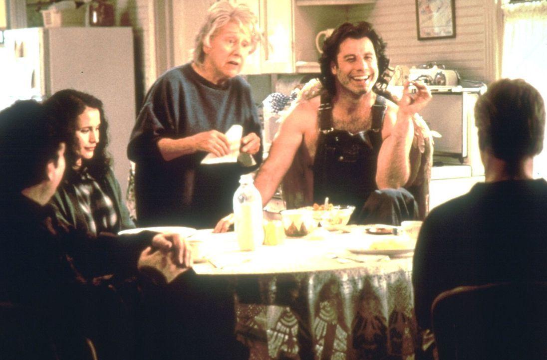 Der Erzengel Michael (John Travolta, 2.v.re.) lebt bei der Witwe Pansy Milbank (Jean Stapleton, M.) in einem kleinen Nest in Iowa. Dort suchen ihn d... - Bildquelle: Warner Brothers