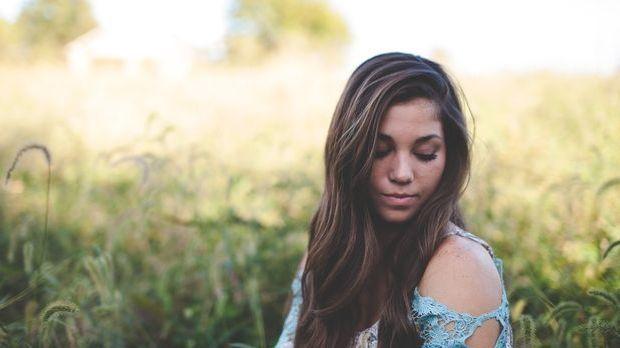 Fettige Haare – Die richtige Pflege macht den Unterschied.