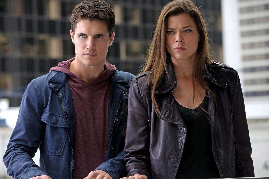Als Stephen (Robbie Amell, l.) und Cara (Peyton List, r.) sich auf die Suche nach einer von Ihnen machen, geraten sie in eine missliche Lage ... - Bildquelle: Warner Bros. Entertainment, Inc
