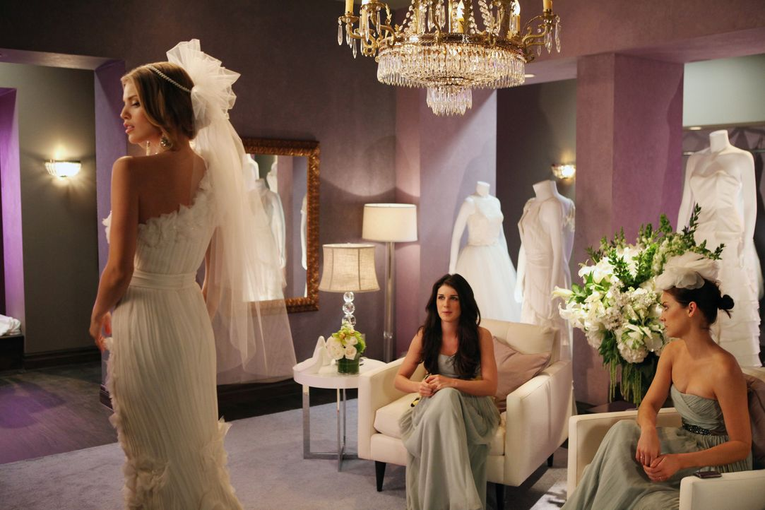 Annie (Shenae Grimes, M.) und Erin (Jessica Stroup, r.) machen sich mit Naomi (AnnaLynne McCord, l.) auf die Suche nach dem passenden Brautkleid ... - Bildquelle: 2011 The CW Network. All Rights Reserved.