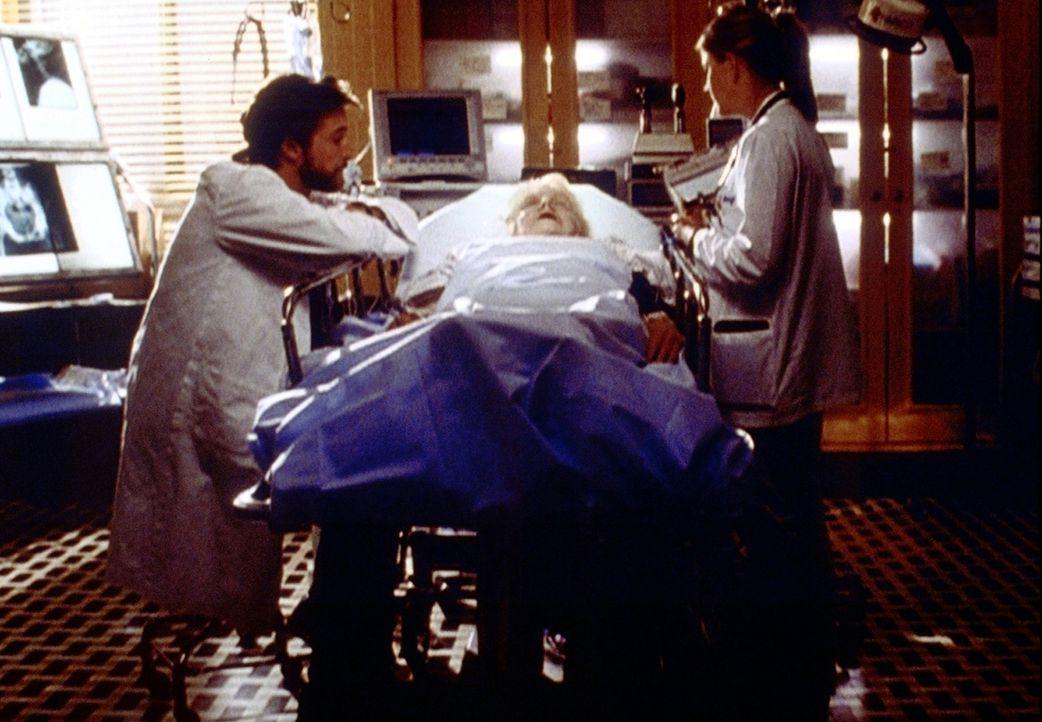 Carter (Noah Wyle, l.) hat eine Frau mit Patiententestament wiederbelebt. Als die Versicherung die Kosten nicht übernehmen will, extabriert er sie w... - Bildquelle: TM+  2000 WARNER BROS.