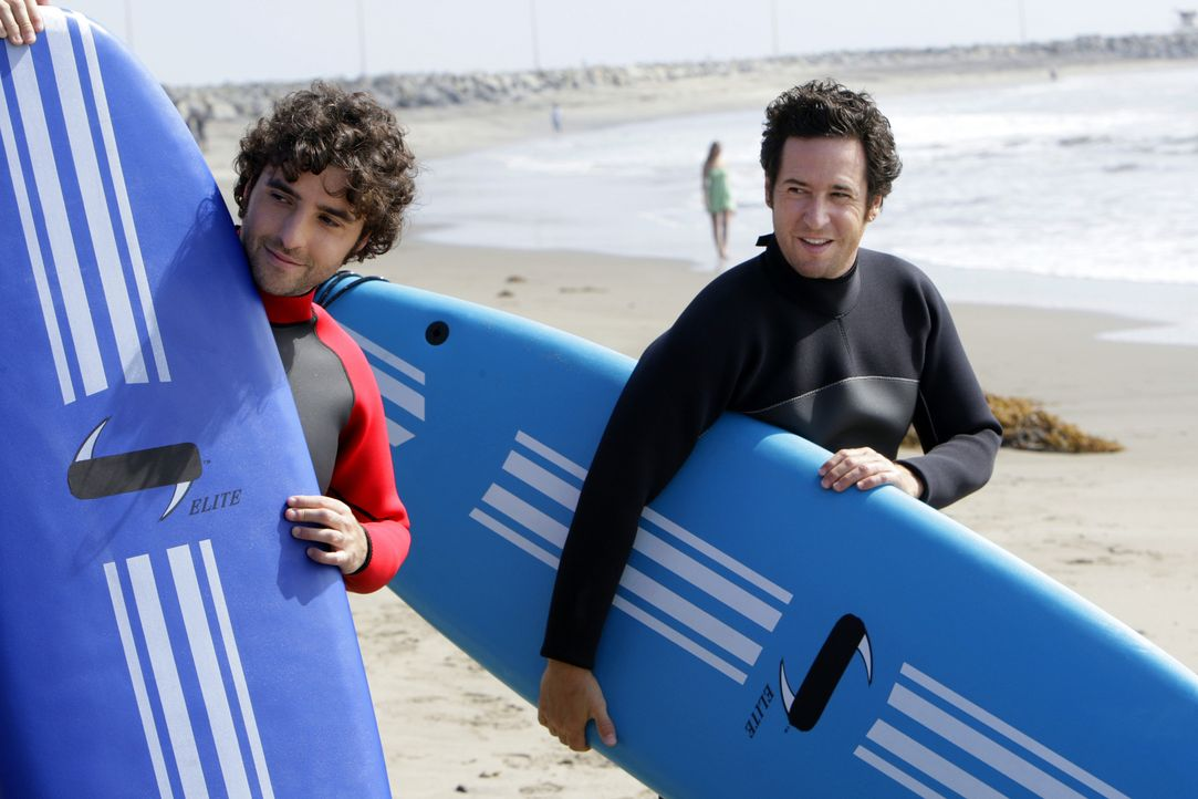 Wollen den Mord an Nathan, einem ehemaligen Profi-Surfer und Freund von Don aufklären: Don (Rob Morrow, r.) und Charlie (David Krumholtz, l.) ... - Bildquelle: Paramount Network Television