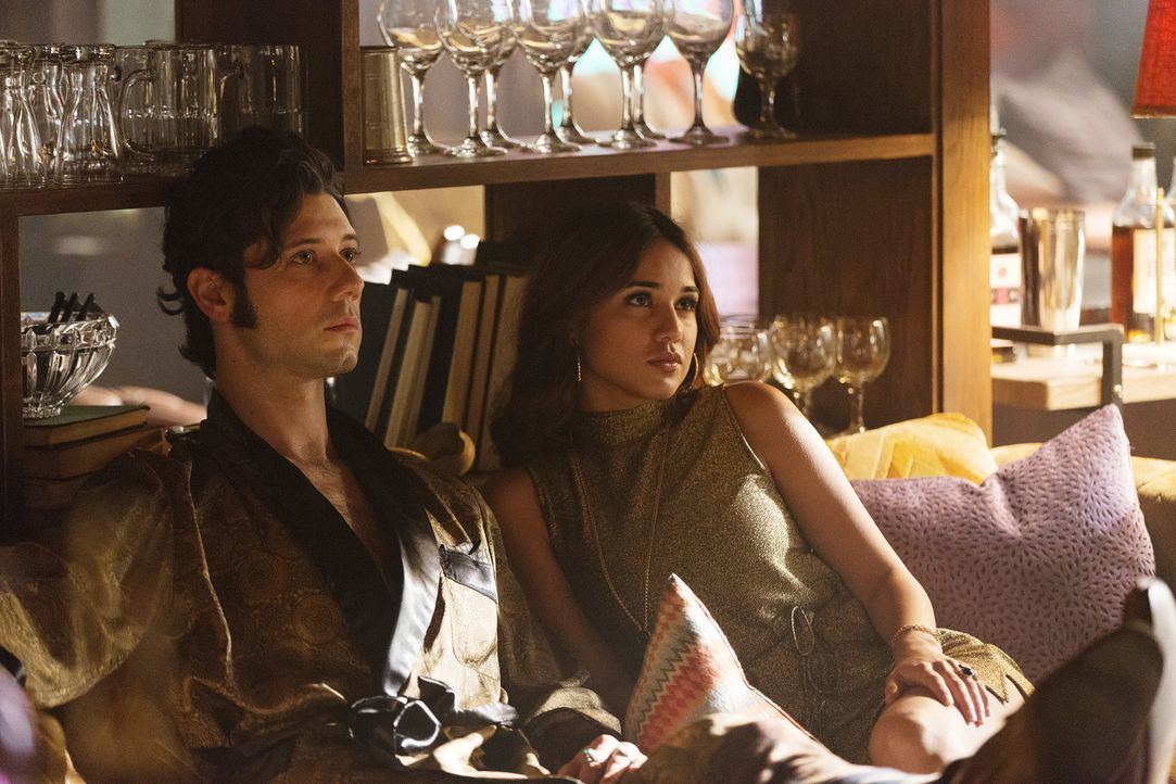 Während Eliot (Hale Appleman, l.) noch immer mit Mikes Tod zu kämpfen hat, erhält Margo (Summer Bishil, r.) eine erschreckende Nachricht ... - Bildquelle: 2015 Syfy Media Productions LLC. ALL RIGHTS RESERVED.