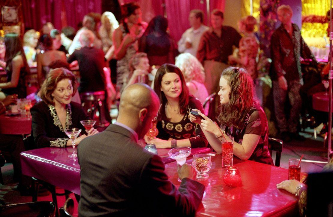 Als Emily (Kelly Bishop, l.) in Erinnerungen an ihren Junggesellenabschied schwelgt, bekommt Lorelai (Lauren Graham, M.) plötzlich Zweifel und plant... - Bildquelle: 2001 Warner Bros. Entertainment, Inc.