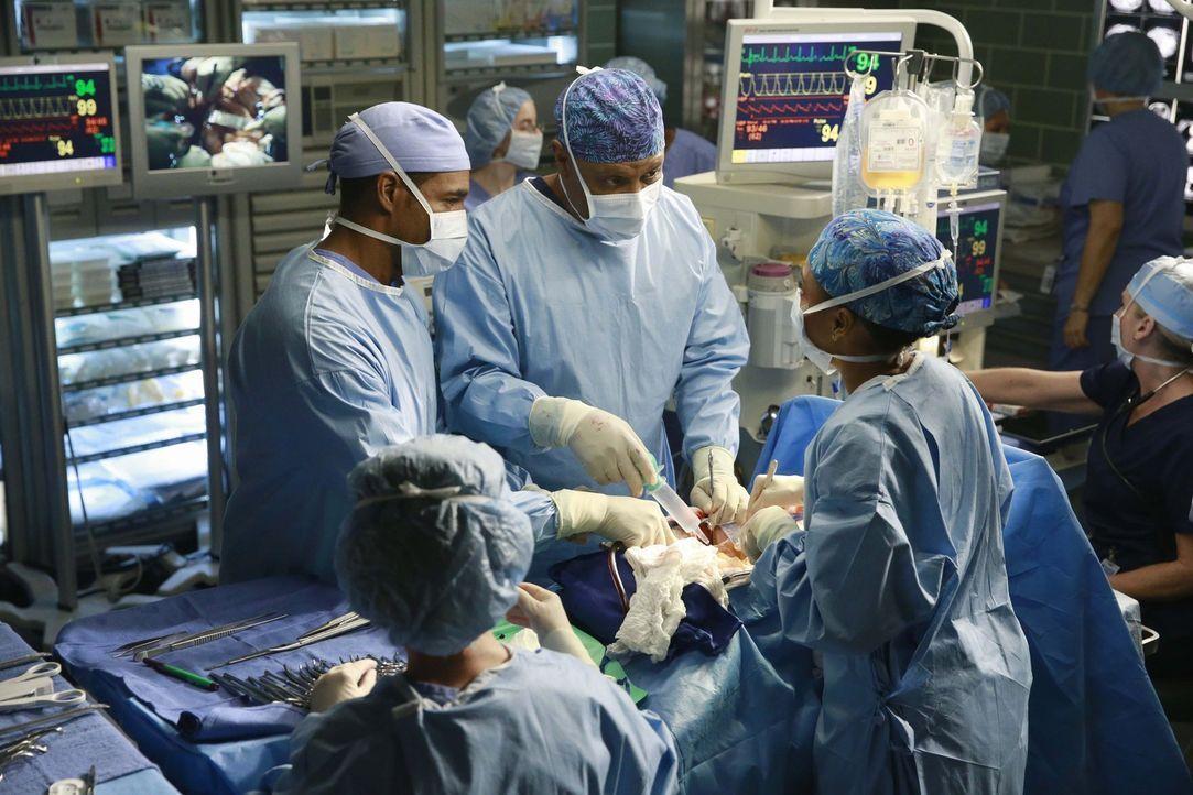 Geben alles, um einen Patienten zu retten: Ben (Jason George, l.), Richard (James Pickens Jr., 3.v.l.) und Maggie (Kelly McCreary, r.) ... - Bildquelle: ABC Studios
