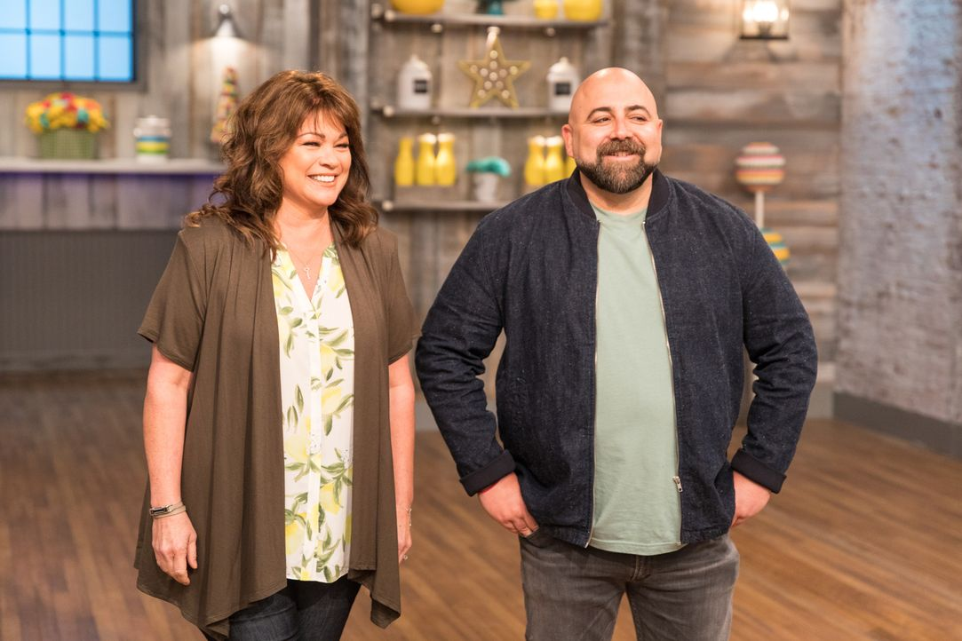 (v.l.n.r.) Valerie Bertinelli; Duff Goldman - Bildquelle: Zack Smith 2017, Television Food Network, G.P. All Rights Reserved./Zack Smith