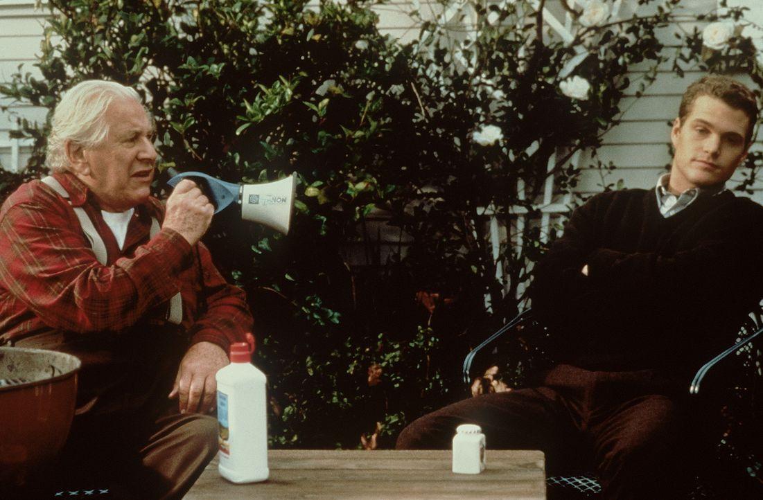 Weil sein Opa (Peter Ustinov, l.) ihm seine Millionen nur hinterlässt, wenn er vor seinem 30. Geburtstag verheiratet ist, gerät Jimmy (Chris O'Don... - Bildquelle: New Line Cinema
