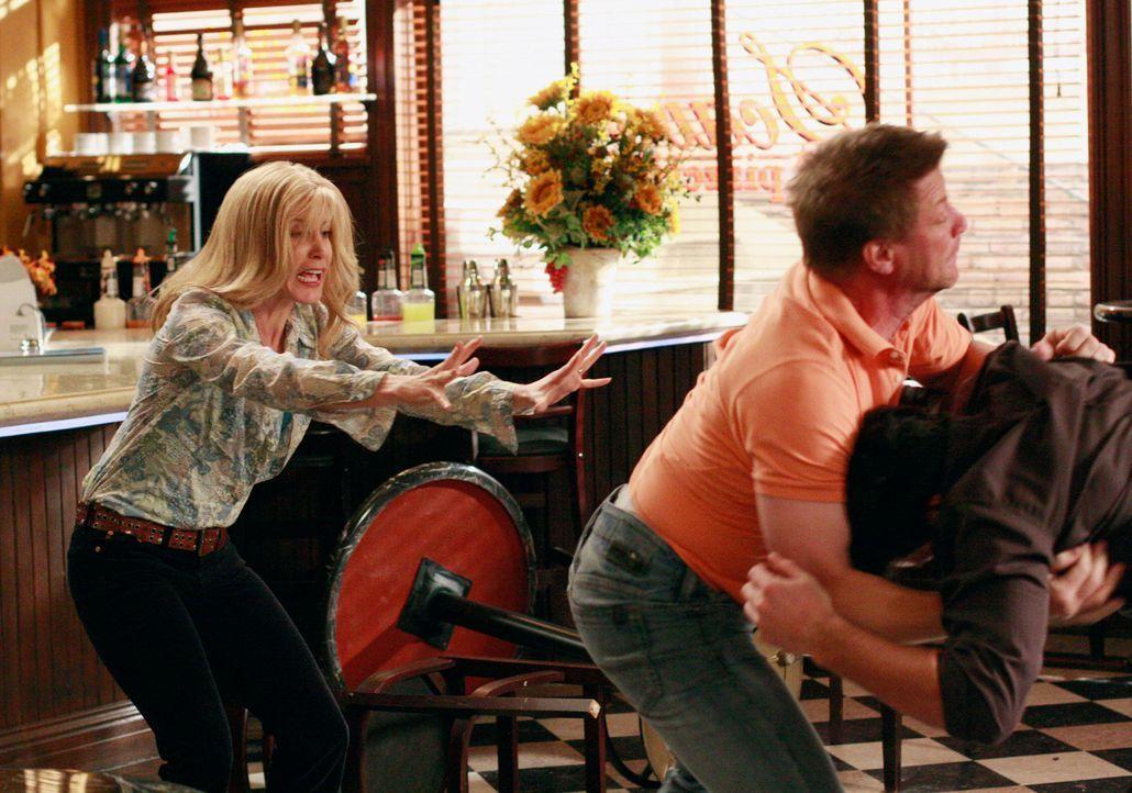 Lynette (Felicity Huffman, l.) versucht Tom (Doug Savant, M.) und Rick (Jason Gedrick, r.) auseinander zu bringen, doch sie schafft es nicht. Die Pr... - Bildquelle: ABC Studios