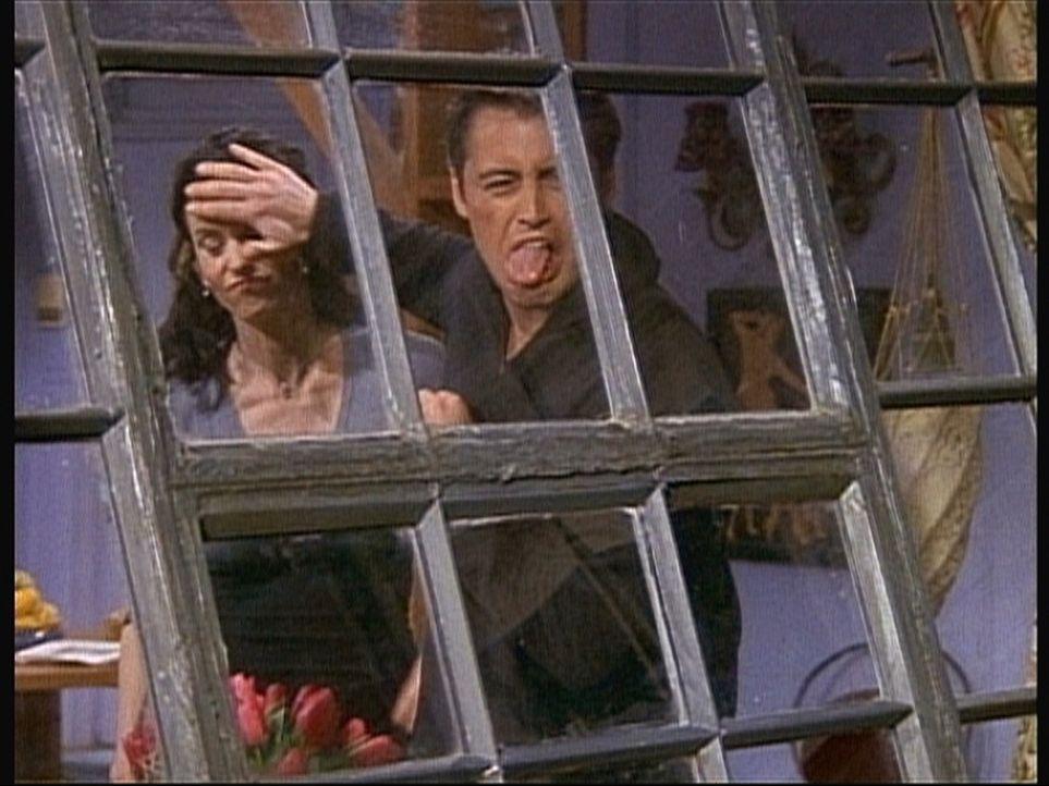Mit allen Mitteln versucht Joey (Matt LeBlanc, r.), der attraktiven Frau in der Wohnung gegenüber deutlich zu machen, dass er nicht mit Monica (Cou... - Bildquelle: TM+  2000 WARNER BROS.