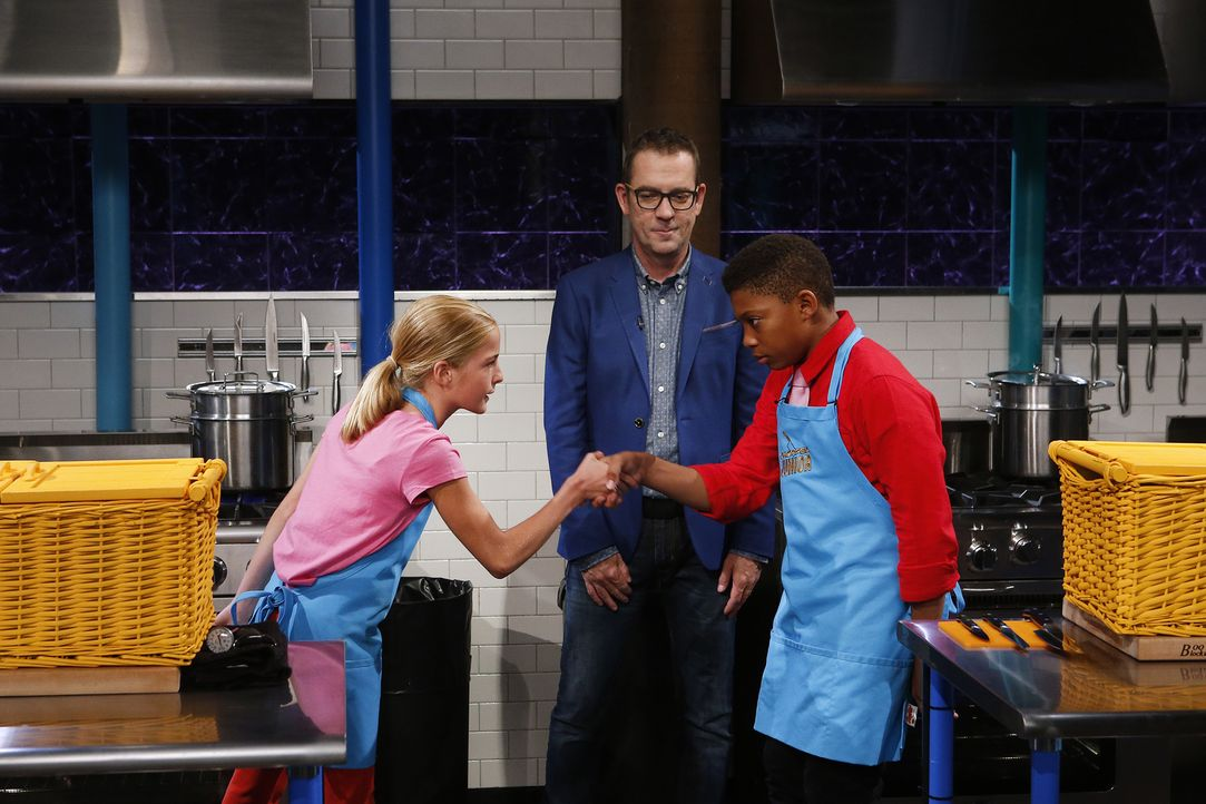 Auf die Kochlöffel fertig los: Chopped-Moderator Ted Allen (M.) gibt den Startschuss: Wird Emilys (l.) oder Kobenas (r.) Gericht am Ende besser schm... - Bildquelle: Jason DeCrow 2015, Television Food Network, G.P. All Rights Reserved