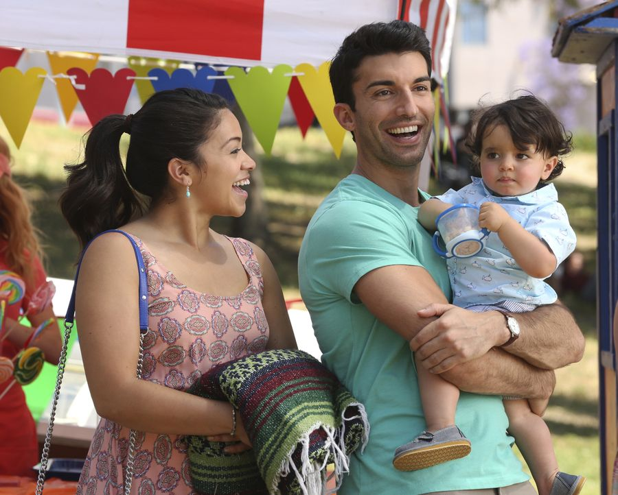 Planen Mateos ersten Geburtstag: Jane (Gina Rodriguez, l.) und Rafael (Justin Baldoni, M.) ... - Bildquelle: Scott Everett White 2016 The CW Network, LLC. All rights reserved.
