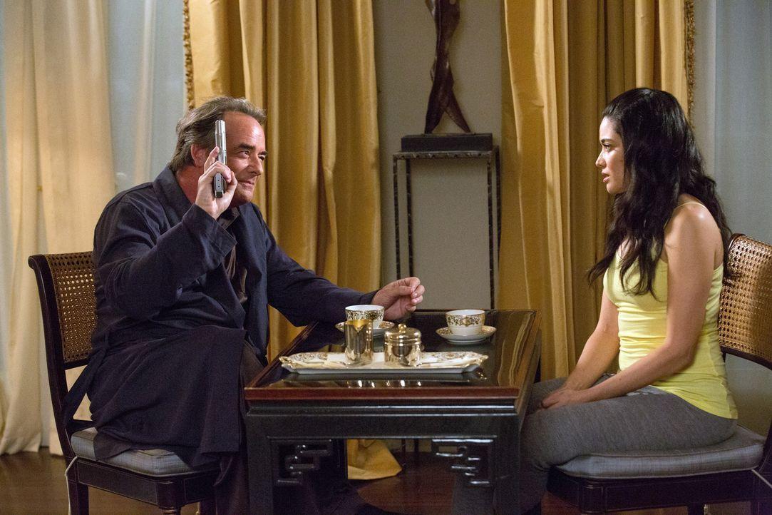 Adrian (Tom Irwin, l.) zieht Valentina (Edy Ganem, r.) ins Vertrauen, doch die Waffe in seinen Händen ist und bleibt für alle in seiner Nähe gefährl... - Bildquelle: 2014 ABC Studios