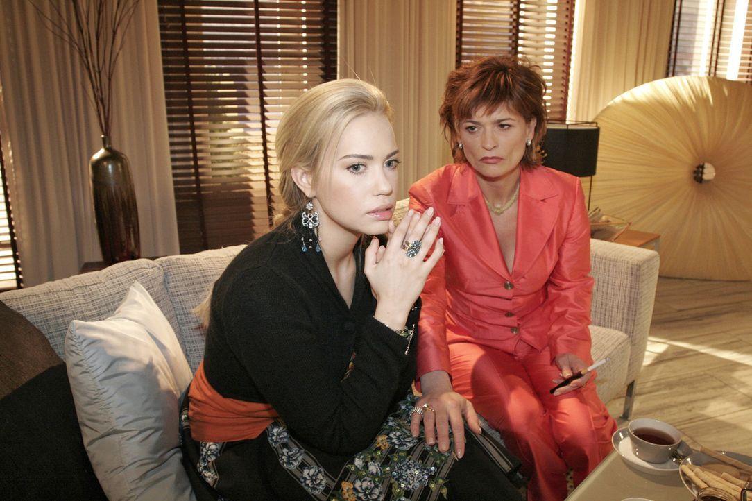 Kim (Lara-Isabelle Rentinck, l.) ist erleichtert, dass sie nicht die Einzige ist, die geplaudert hat. Sophie (Gabrielle Scharnitzky, r.) spendet ihr... - Bildquelle: Sat.1