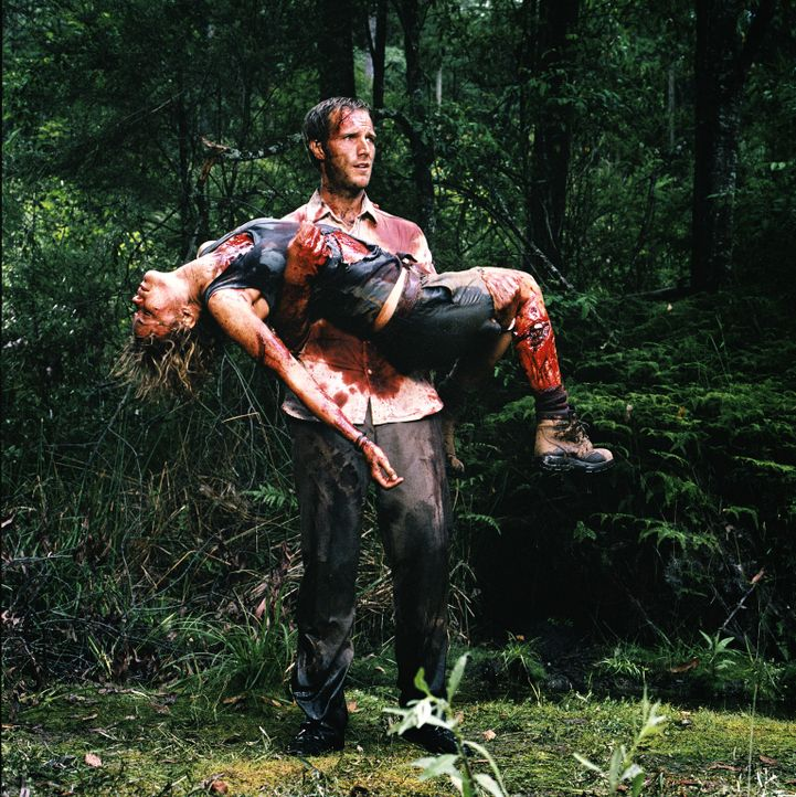 Im Wettlauf mit der Zeit: Pete (Michael Vartan, hinten) und die schwerverletzte Kate (Radha Mitchell, vorne) ...