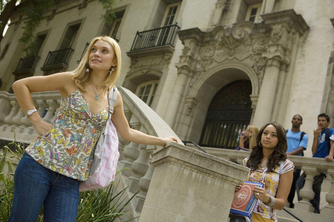 Während Ashleigh (Amber Stevens, r.) endlich einen Job gefunden hat, hat Casey (Spencer Grammer, l.) wieder mal Probleme mit Frannie ... - Bildquelle: 2008 ABC Family