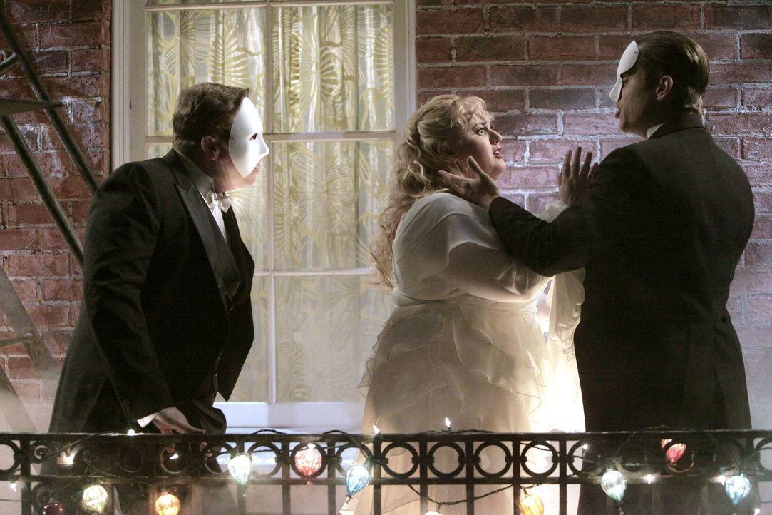 Kimmie (Rebel Wilson, M.) steckt ganz schön in der Klemme: Wie soll sie sich zwischen James (Nate Torrence, l.) und dem gutaussehenden Richard (Kevi... - Bildquelle: Warner Brothers