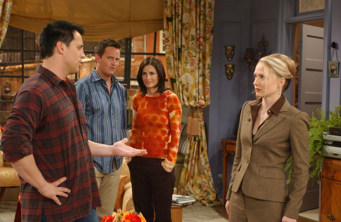 Als Joey (Matt LeBlanc, l.) plötzlich bei Monica (Courteney Cox, 2.v.r.) und Chandler (Matthew Perry, 2.v.l.) auftaucht, nimmt das Gespräch mit der... - Bildquelle: 2003 Warner Brothers International Television