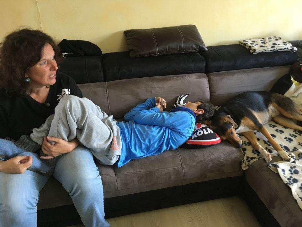 Seit seiner Geburt ist der schwer mehrfachbehinderte David (r.) rund um die Uhr auf die Betreuung seiner Eltern angewiesen. Seine Mutter Heike Glowa... - Bildquelle: SAT.1