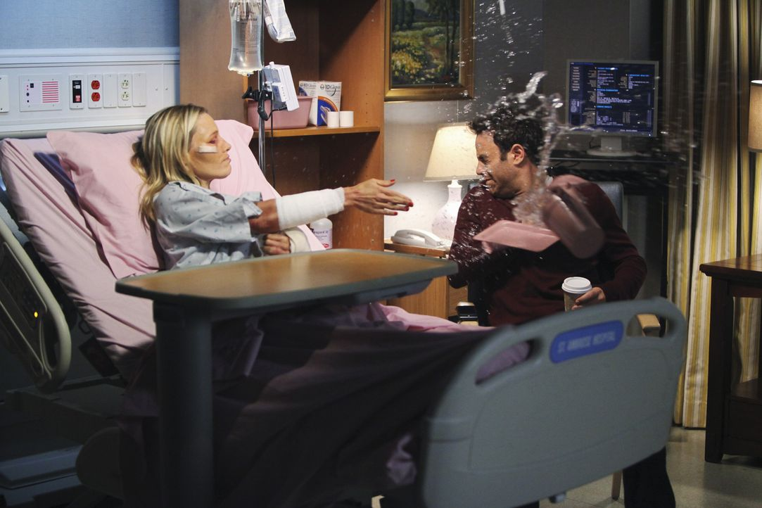 Während Sheldon einen neuen Patienten bereut, versucht Charlotte (KaDee Strickland, l.) vor Cooper (Paul Adelstein, r.) geheim zuhalten, was ihr wir... - Bildquelle: ABC Studios
