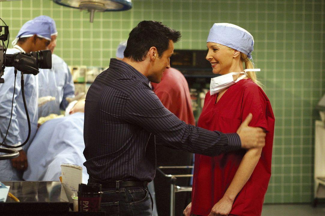 Als guter Freund hilft Joey (Matt LeBlanc, l.) doch gerne: Er vermittelt Phoebe (Lisa Kudrow, r.) einen Komparsenjob in seiner Serie. Ein fataler Fe... - Bildquelle: TM+  2000 WARNER BROS.