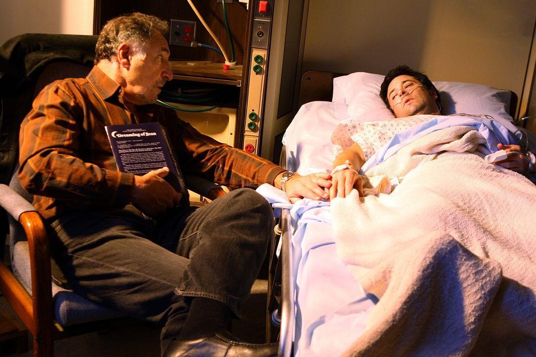 Nachdem Don (Rob Morrow, r.) bei einem Einsatz niedergestochen wurde, liegt er mit schweren Verletzungen im Krankenhaus. Sein Vater Alan (Judd Hirsc... - Bildquelle: Paramount Network Television