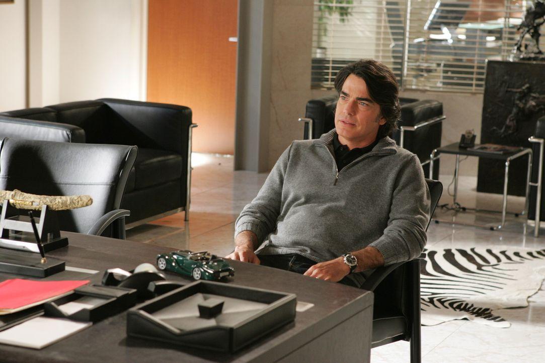 Während Sandy (Peter Gallagher) weiterhin an Rebeccas Fall arbeitet, fragt sich Kirsten, wie stark die Gefühle der beiden füreinander sind ... - Bildquelle: Warner Bros. Television