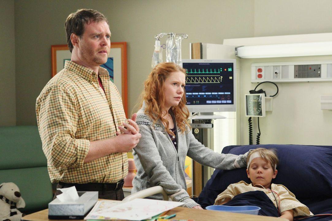 John (Matt Wheeler, l.) und seine Frau Julie Jacobson (Hillary Tuck, M.) machen sich große Sorgen um ihren Sohn Nicolas (Joshua Kai, r.), der heftig... - Bildquelle: Touchstone Television