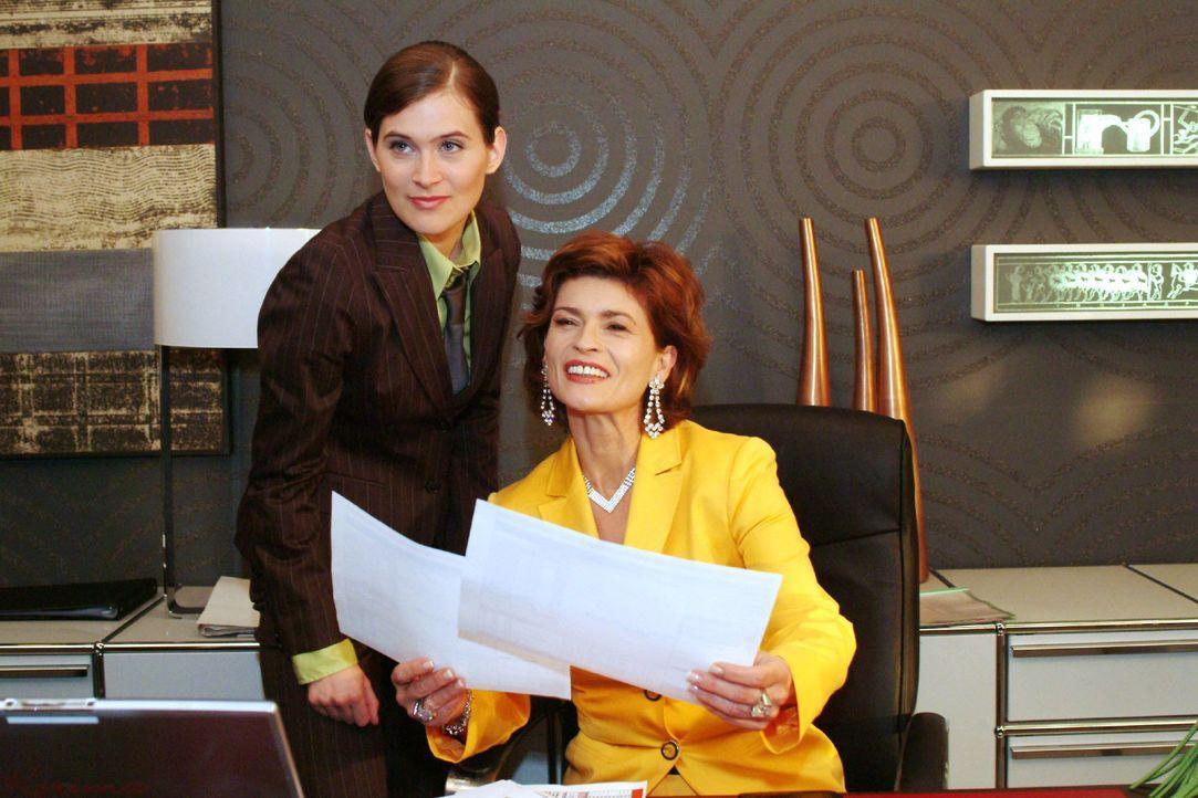 Zufrieden gibt Sophie das OK, Kerima-Aktien zu kaufen. v.l.n.r.: Angelina Martens (Nora Düding), Sophie (Gabrielle Scharnitzky) - Bildquelle: Monika Schürle SAT.1 / Monika Schürle