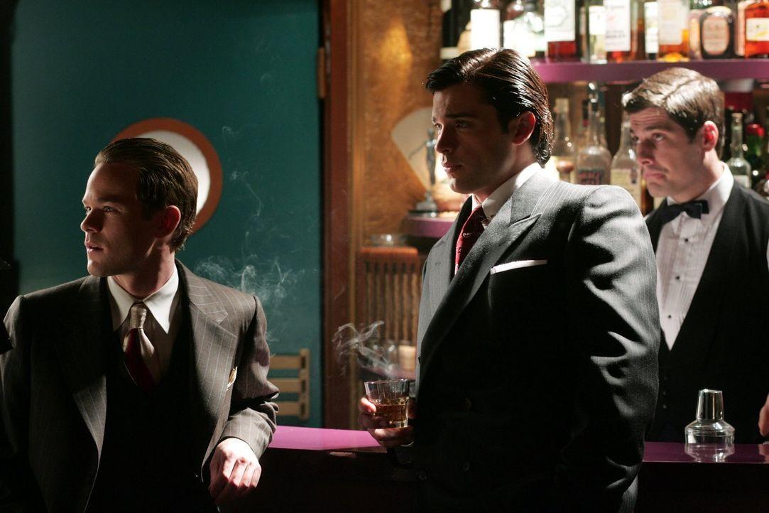 Wer betritt da die Bühne? Jimmy (Aaron Ashmore, l.) und Clark (Tom Welling, r.) können nicht glauben, welche ihrer Freundinnen singen soll ... - Bildquelle: Warner Bros.