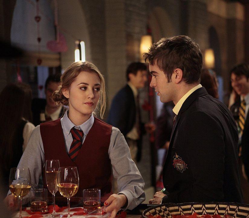 Nate (Chace Crawford, r.) ist entschlossen, Lola (Ella Rae Peck, l.) besser kennenzulernen. Da sie jedoch am Valentinstag arbeiten muss, heuert er k... - Bildquelle: Warner Bros. Television