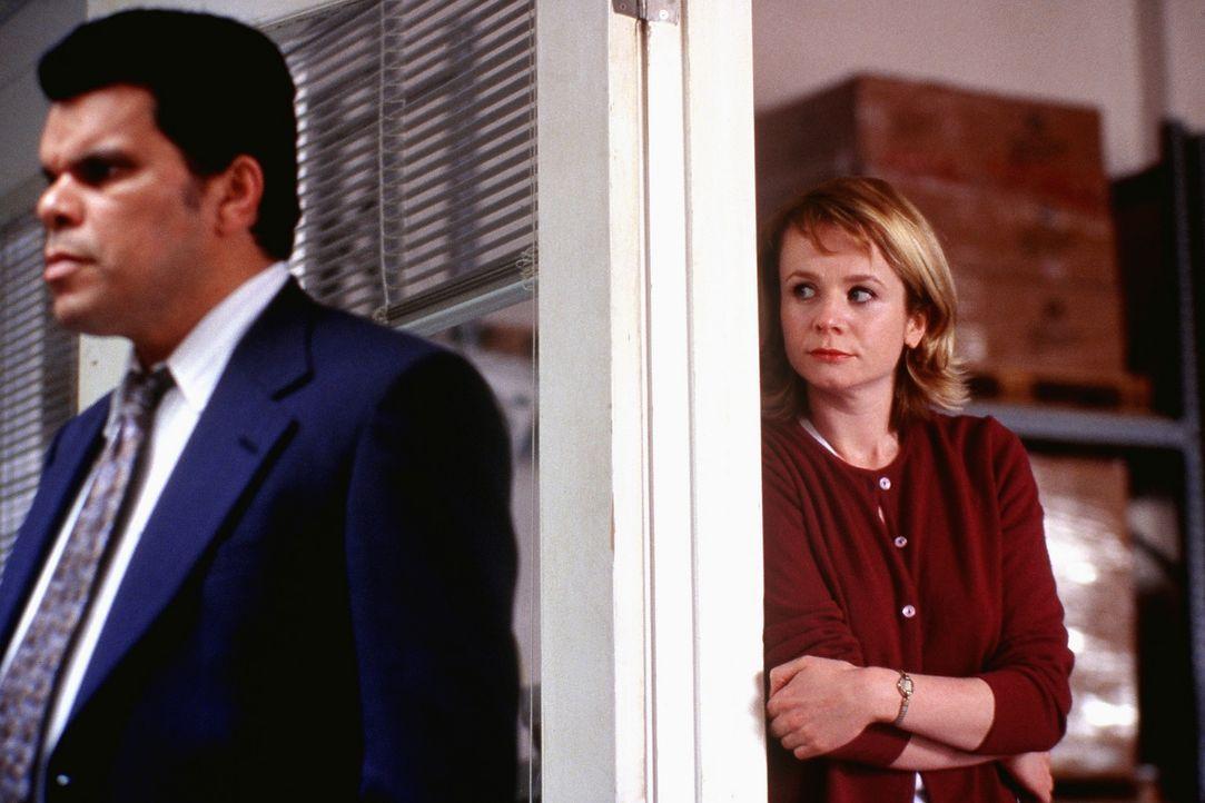 Werden Lance (Luis Guzman, l.) und Barry genügend Bonusmeilen bekommen, damit Barry endlich zu Lena (Emily Watson, r.) nach Hawaii fliegen kann? - Bildquelle: Senator Film