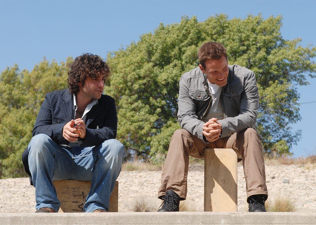 Männergespräche: Colby (Dylan Bruno, r.) und Charlie (David Krumholtz, l.) ... - Bildquelle: Paramount Network Television
