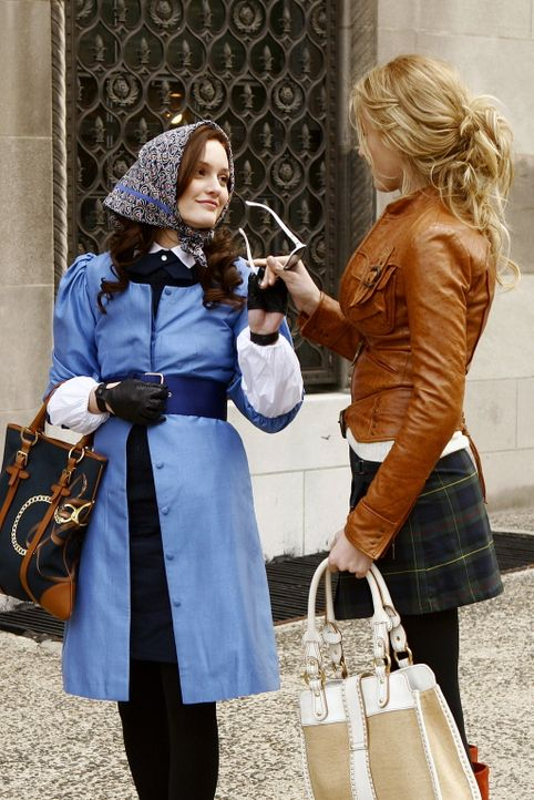 Serena (Blake Lively, r.) spricht ihrer Freundin Blair (Leighton Meester, l.) Mut zu - sie soll sich den Klatsch und Tratsch in der Schule nicht so... - Bildquelle: Warner Bros. Television