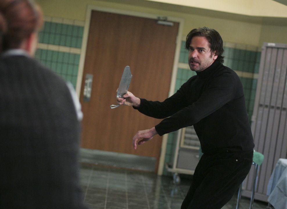 Wird es Sydney (Jennifer Garner, l.) schaffen, Vaughn aus den Fängen von Fentan Keene (Mark Aiken, r.) zu retten? - Bildquelle: Touchstone Television