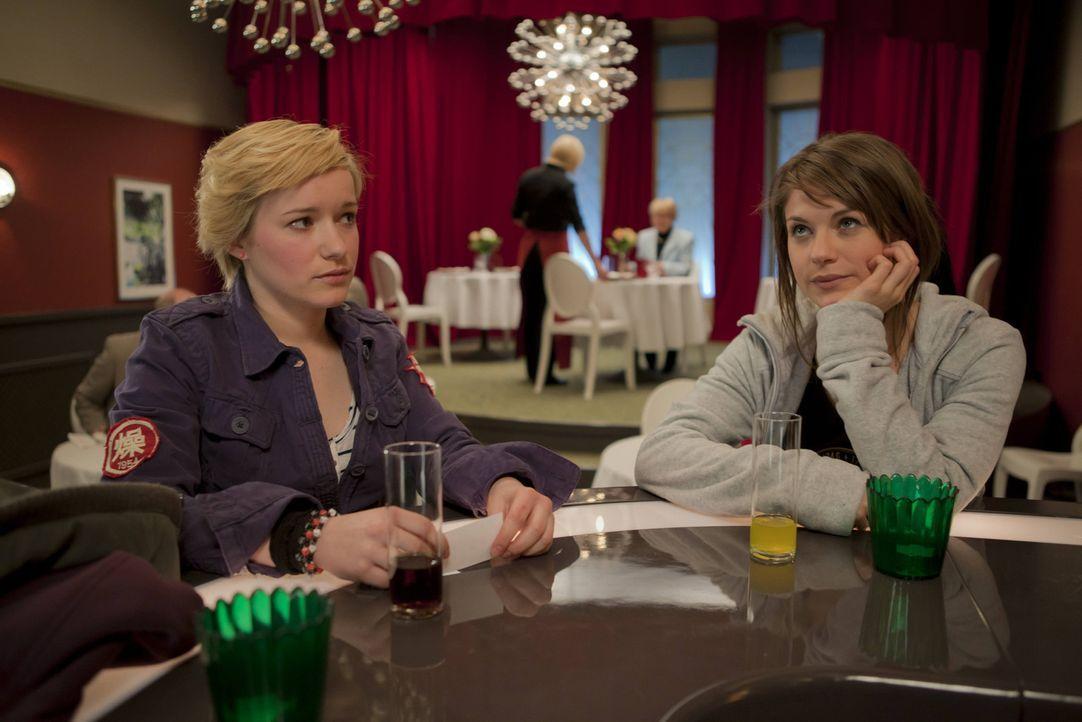 Finden sich gar nicht mehr so schrecklich: Emma (Kasia Borek, l.) und Jenny (Lucy Scherer, r.) ... - Bildquelle: SAT.1