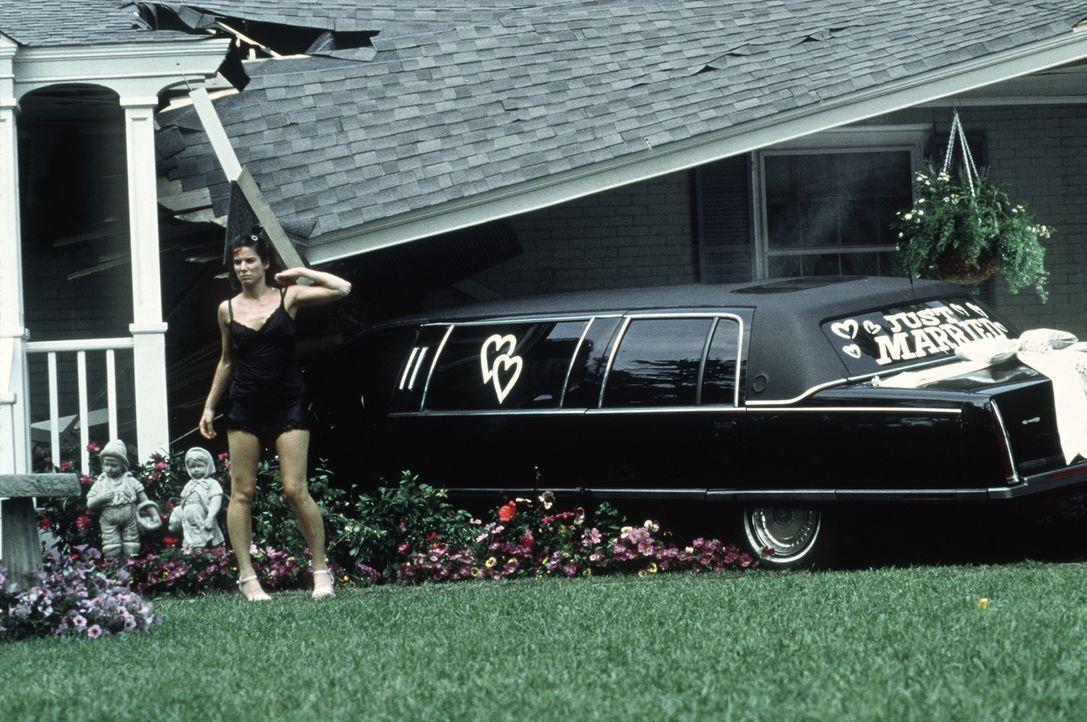 """Die """"geliehene"""" Limousine parkt die betrunkene Gwen (Sandra Bullock) unsanft auf der Veranda eines Reihenhäuschens. Nun gibt's Ärger ... - Bildquelle: Columbia TriStar Film GmbH"""