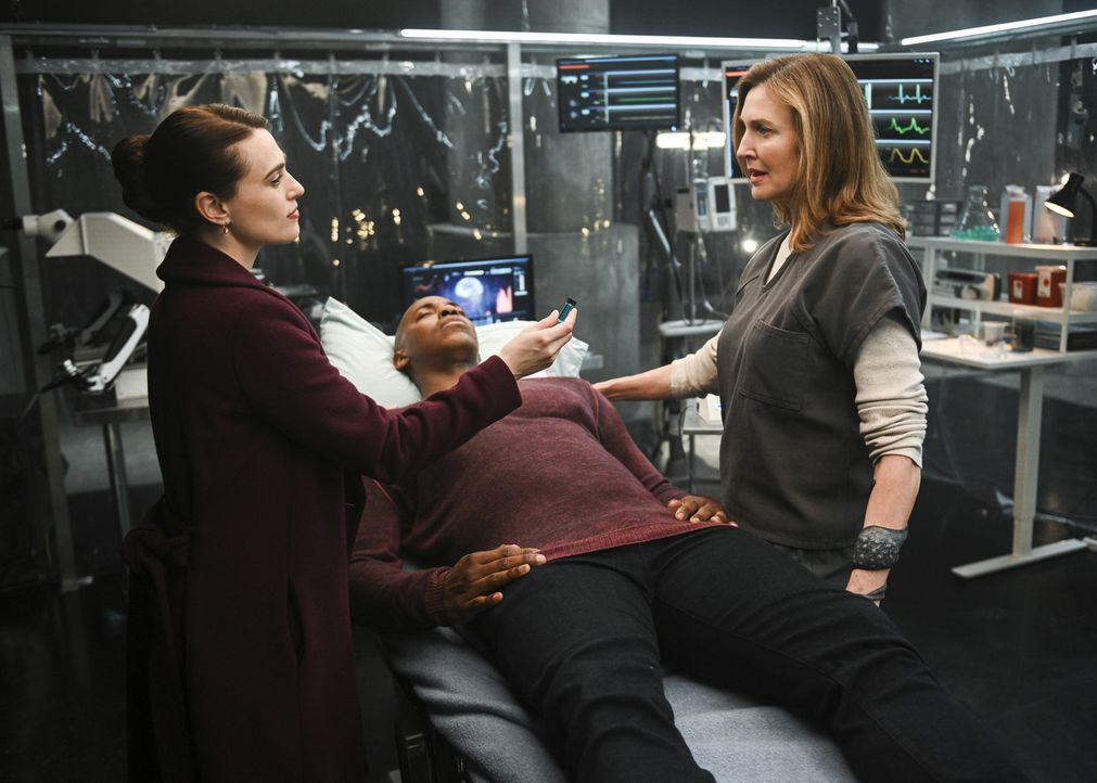 (v.l.n.r.) Lena (Katie McGrath); James (Mehcad Brooks); Lillian Luthor (Brenda Strong) - Bildquelle: Sergei Bachlakov 2018 The CW Network, LLC. All Rights Reserved.
