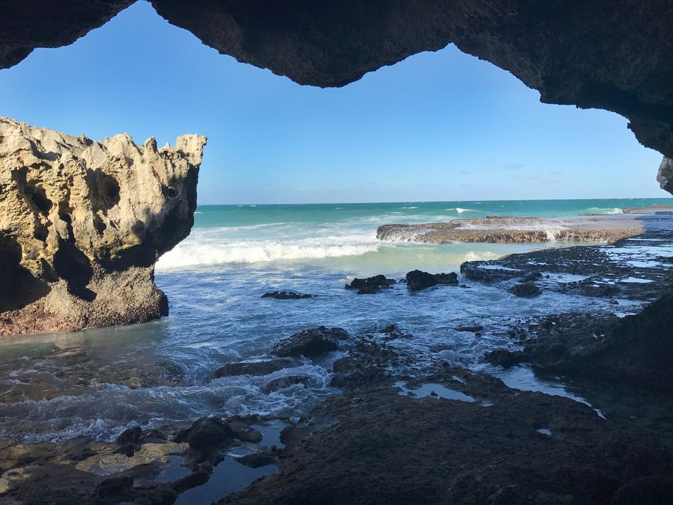 "Diese Aussicht aus einer Höhle am ""Arniston Beach"" in Südafrika lässt das Herz eines jeden Wasserliebhabers höher schlagen ... - Bildquelle: 2017,The Travel Channel, L.L.C. All Rights Reserved"