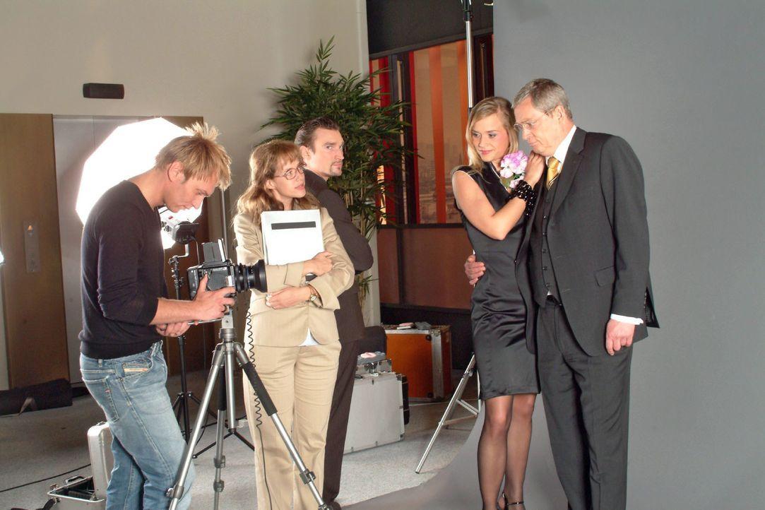 Um zu verhindern, dass David mit dem attraktiven Model ein Stelldichein hat, behauptet Lisa (Alexandra Neldel, 2.v.l.) kurzerhand, dass Verena (Anne... - Bildquelle: Monika Schürle SAT.1 / Monika Schürle