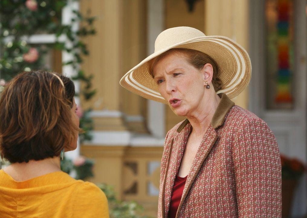 Gabrielle (Eva Longoria, l.) verdächtigt Carlos Patientin Virginia (Frances Conroy, r.), eigennützige Motive für ihre Großzügigkeit zu haben ... - Bildquelle: ABC Studios