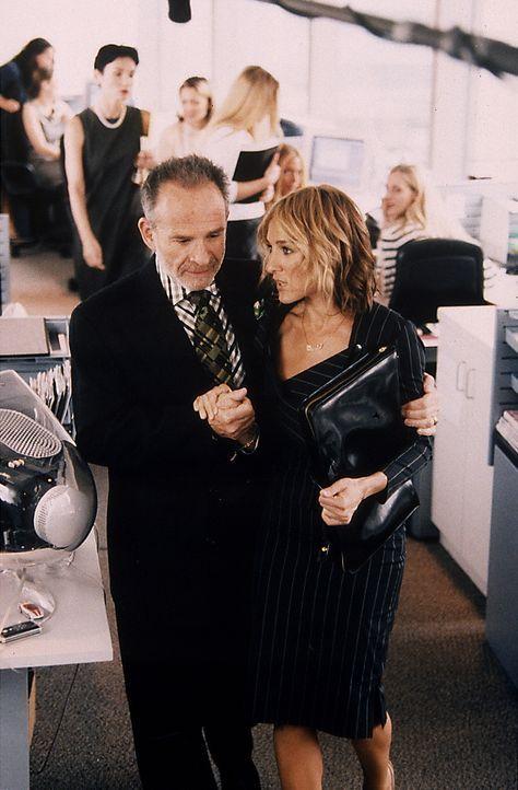 """Zum Glück gibt es bei der """"Vogue"""" den älteren, liebenswürdigen Redakteur Julian (Ron Rifkin, l.), der Carrie (Sarah Jessica Parker, r.) über die sch... - Bildquelle: Paramount Pictures"""
