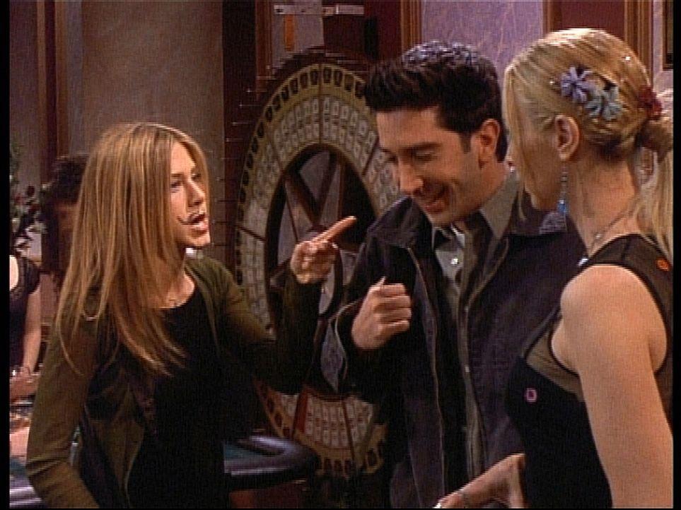 Rachel (Jennifer Aniston, l.) ist wütend auf Phoebe (Lisa Kudrow, r.) und Ross (David Schwimmer, M.), die über ihren Schnurrbart lachen. - Bildquelle: TM+  2000 WARNER BROS.