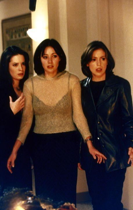 Piper (Holly Marie Combs, l.), Prue (Shannen Doherty, M.) und Phoebe (Alyssa Milano, r.) werden von Rex Buckland gezwungen, ihm ihre Kräfte zu geben... - Bildquelle: Paramount Pictures